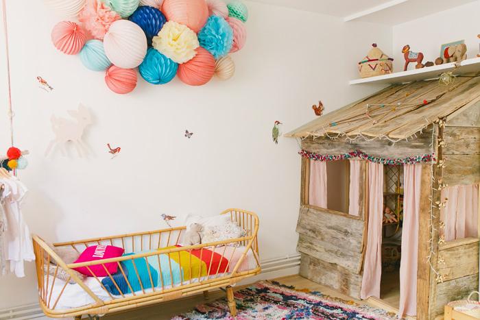 Déco d'une chambre d'enfant : nuage lanterne et pompon multicolores