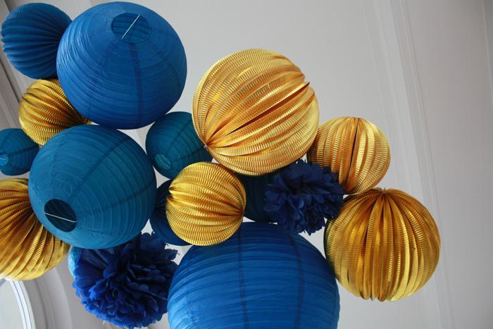 Des idées déco pour le Nouvel An avec des lanternes et boules en papier bleu et or