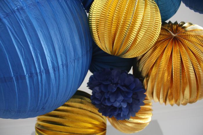 boules papier et lampions or et bleu