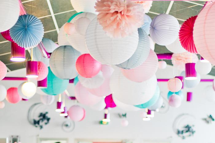 conseil sur les formes : Décoration plafond mariage lanterne et lampion rose et gris