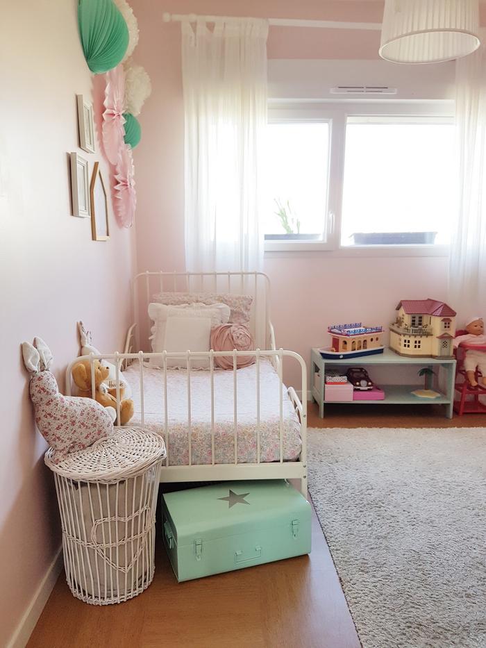 Décoration chambre fille rosace lampion rose vert pompon