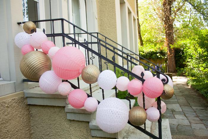 Guirlande lanternes chinoises jardin escalier rose vintage blush gold