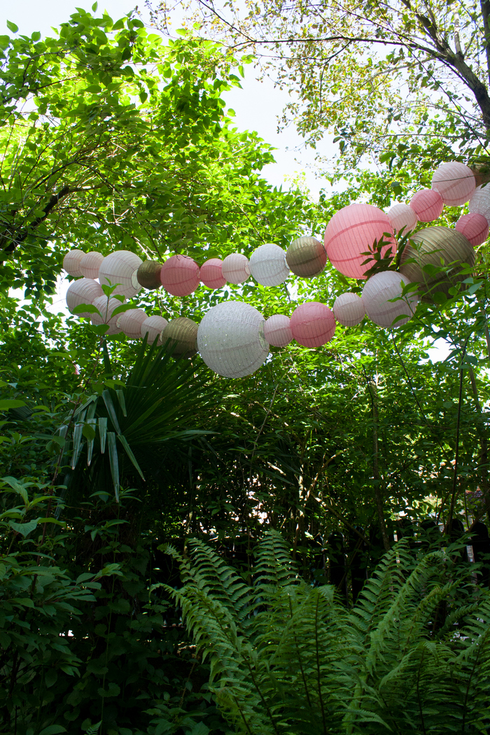Guirlande lanternes chinoises jardin arbre rose vintage blush gold
