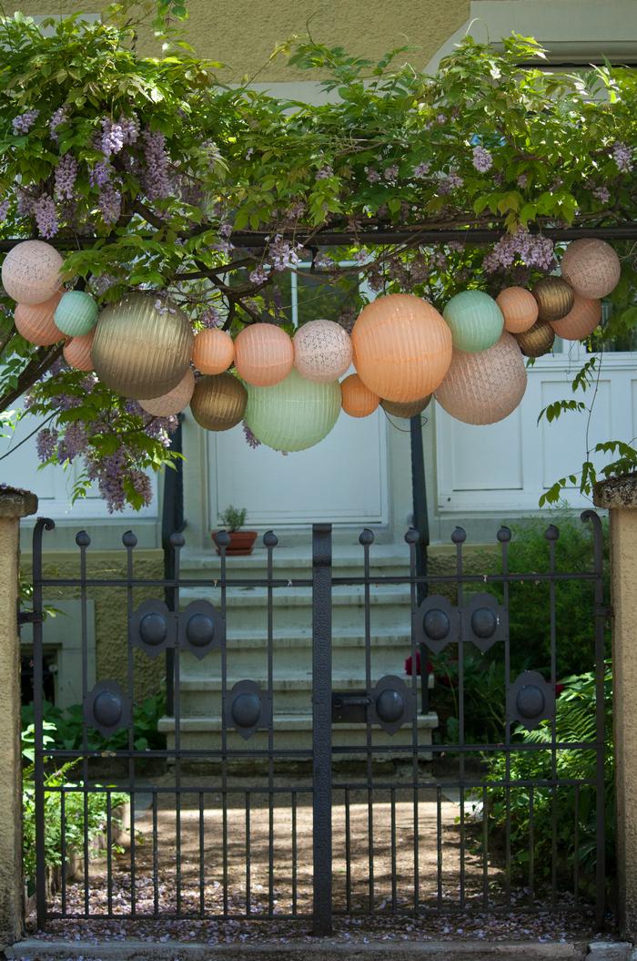 Guirlande lanternes chinoises jardin menthe mint pêche gold