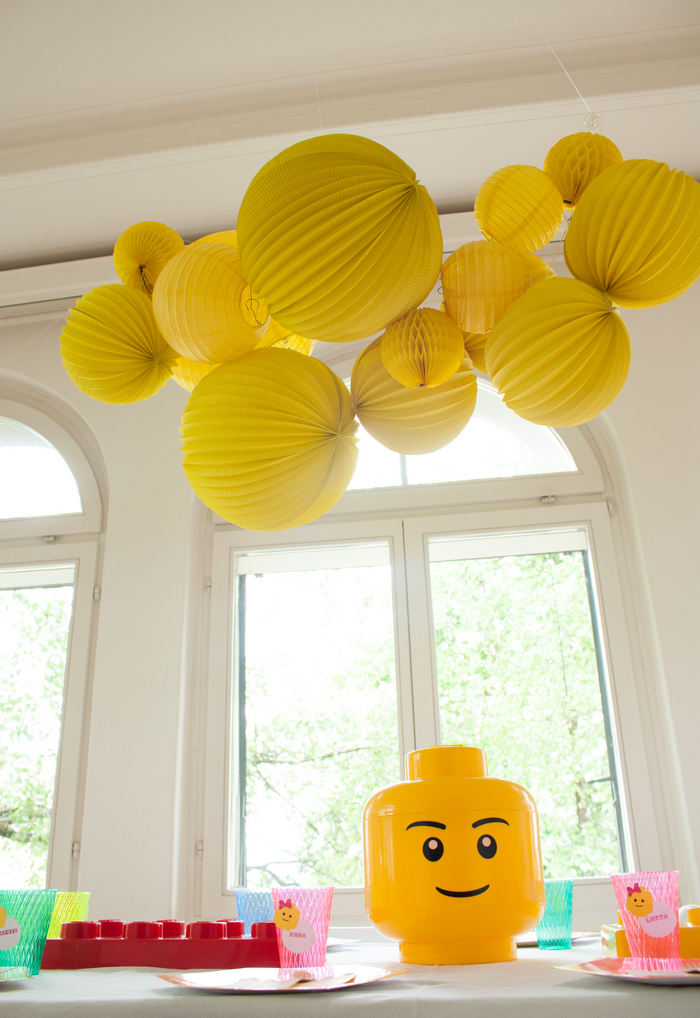 Anniversaire table enfant lego guirlande jaune lampion lanterne