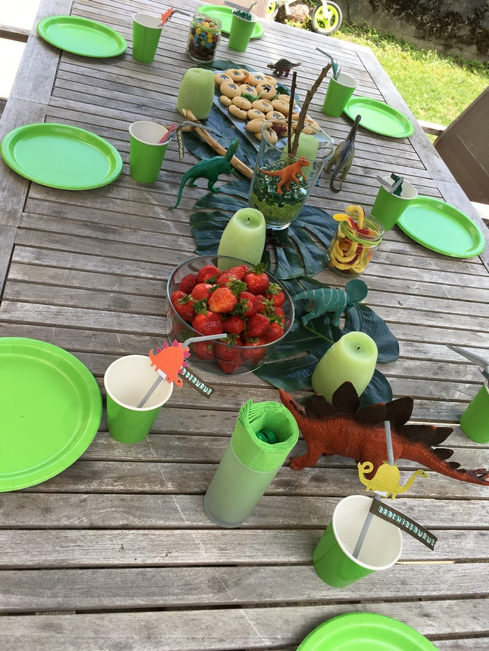 Déco table anniversaire jardin dinosaure lanterne lampion vert mint