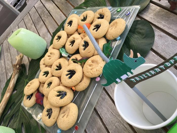 Déco anniversaire dinosaure gâteau cookies lampion