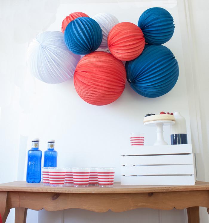 Idée déco grappe de lampions déco table bleu blanc rouge