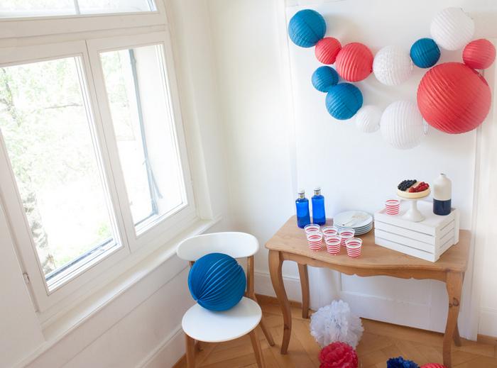Idée déco guirlande lanternes déco table bleu blanc rouge
