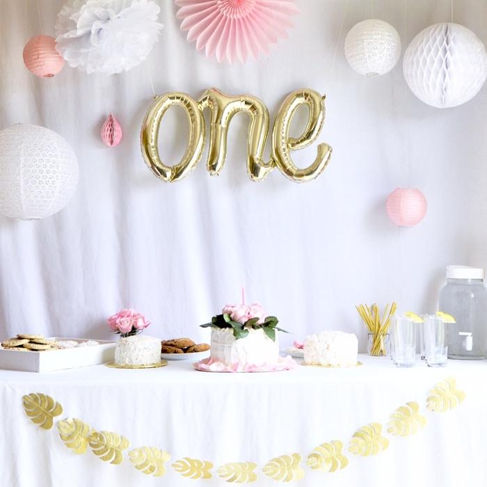 idee deco anniversaire fille rose blanc guirlande feuilles doré