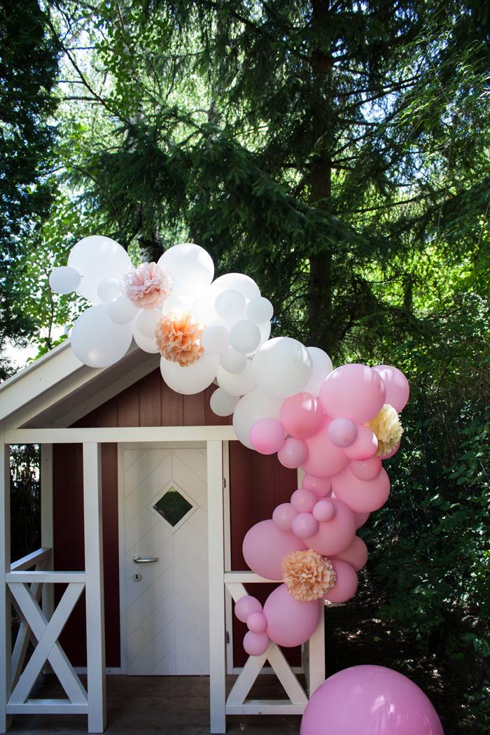 guirlande ballons rose pompon déco cabane jardin fille
