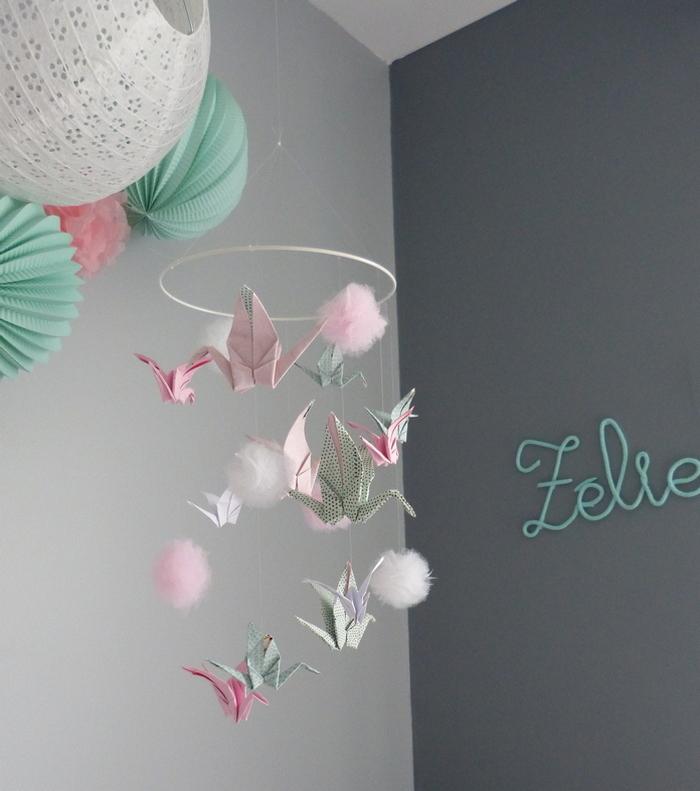 Idée déco chambre fille mobile origami rose vert menthe