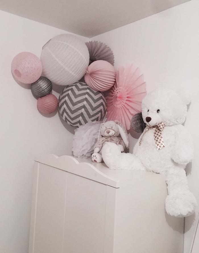 Déco lanterne rosace rose gris nuage coin chambre fille