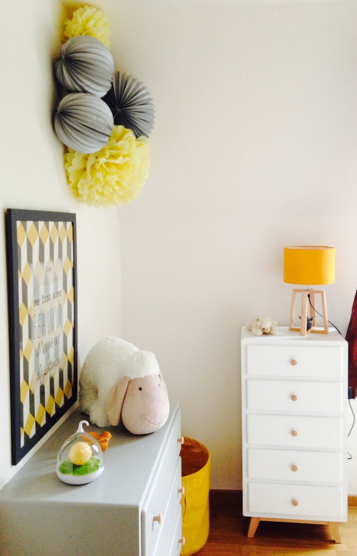 idée déco mixte lampion pompon gris jaune