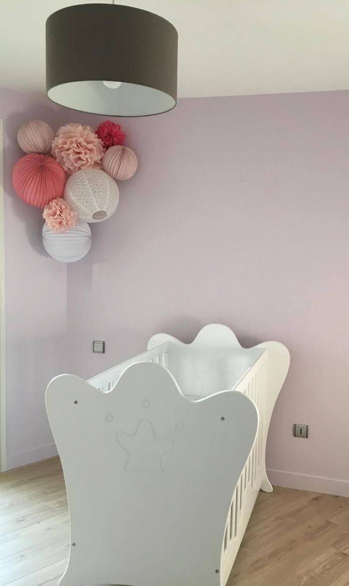Déco coin de chambre bébé fille rose pastel pompon