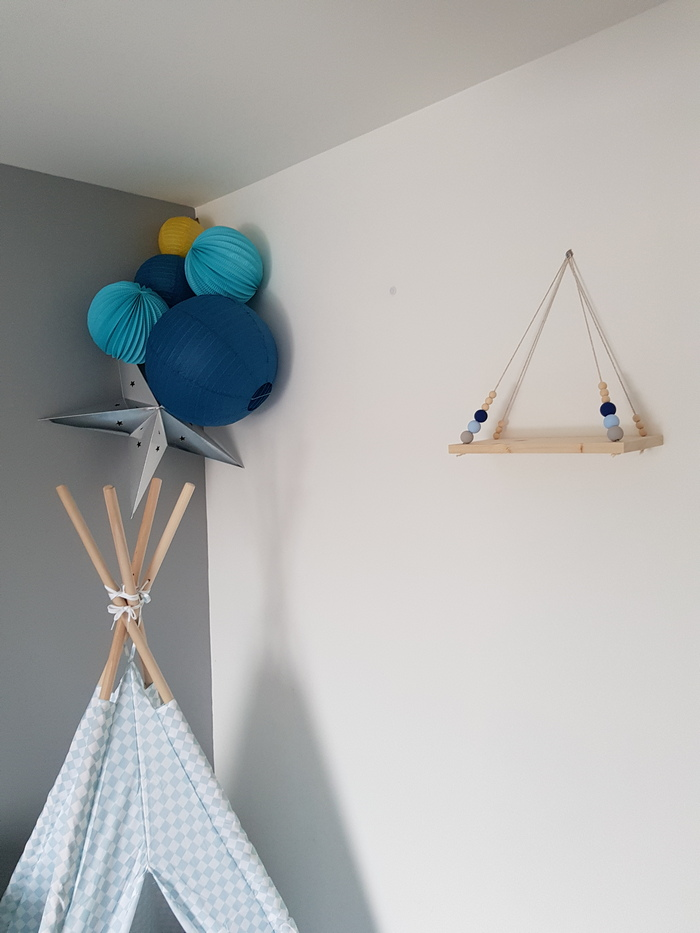 idée déco chambre garçon bleu jaune kit lampion léo