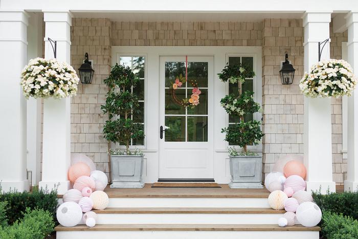 Lanternes et lampions posées au sol sur un escalier pour décorer un baptême ou un mariage dans les tons pastel