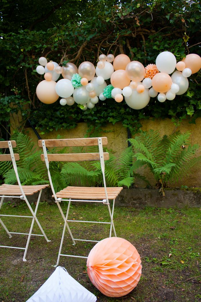 guirlandes de ballons pêche et menthe pour une idée de décor pour mariage, cérémonie ou photobooth