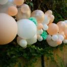 Une guirlande de ballons pêche et mint pour un mariage