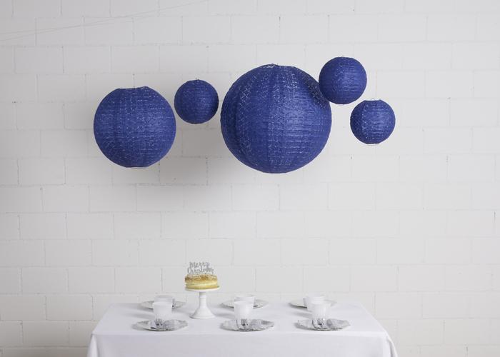 Idée décoration de table noel avec les lanternes dentelle bleu nuit