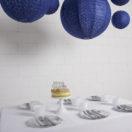 Une table de fêtes sous des lanternes dentelle bleu nuit