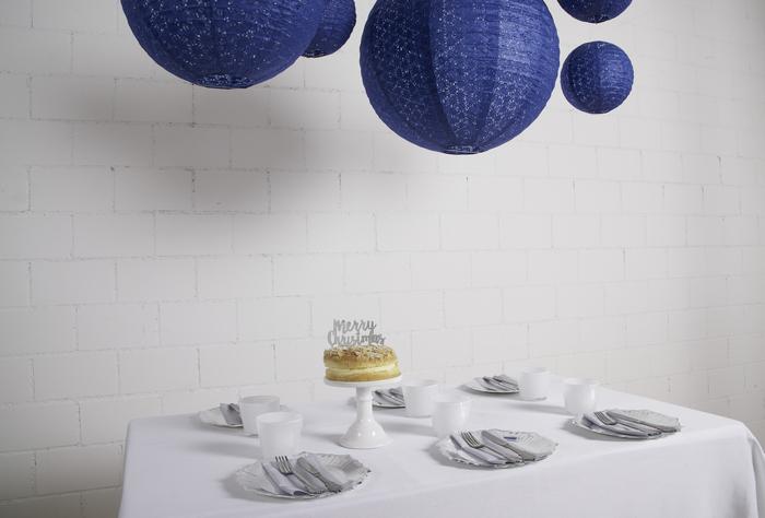 Déco maison bleu et blanc avec des lanternes dentelle suspendues