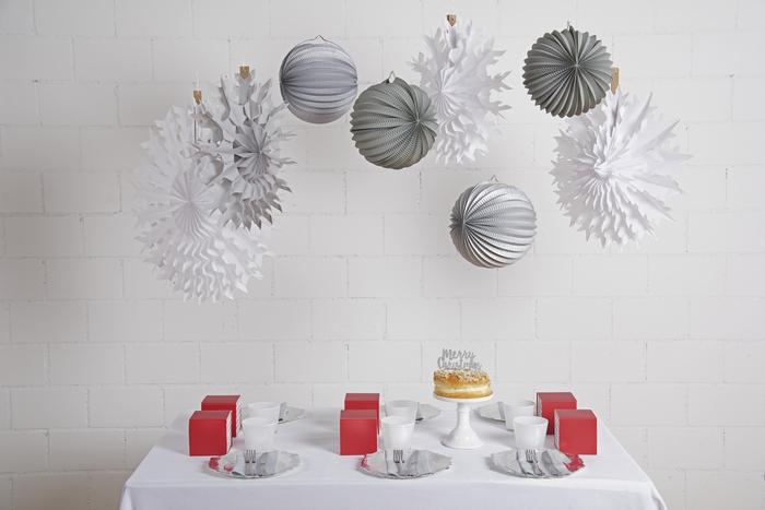 Idée de déco table de noel lampion gris, flocon blanc et boule argenté
