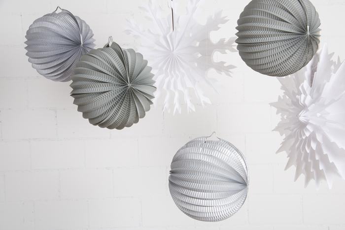 Idee de déco noel lampion gris, argente et flocon blanc