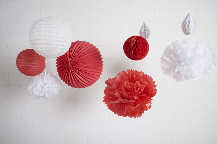 idee déco table de noel rouge et blanc avec des lampions, boules en papier et pompons