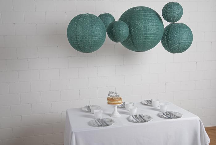 Lanternes dentelle vert profond suspendues pour une déco de table de noel