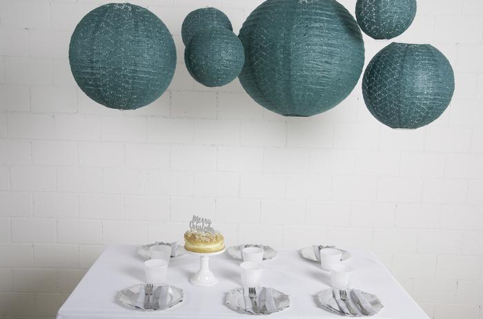 Idee de déco de table de noel avec des lanternes dentelle vert foncé