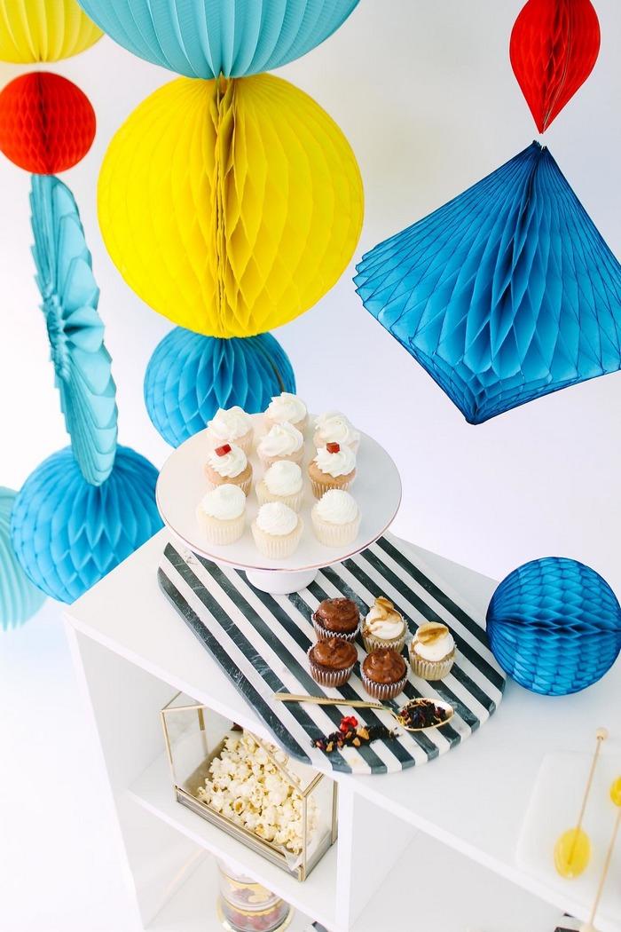 déco fête colorée avec des boules en papier bleu jaune et rouge