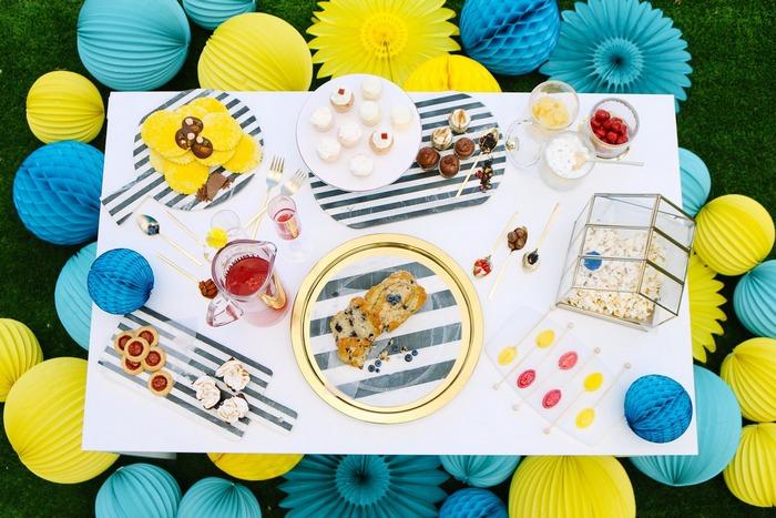 déco de table colorée avec des boules en papier bleu et jaune