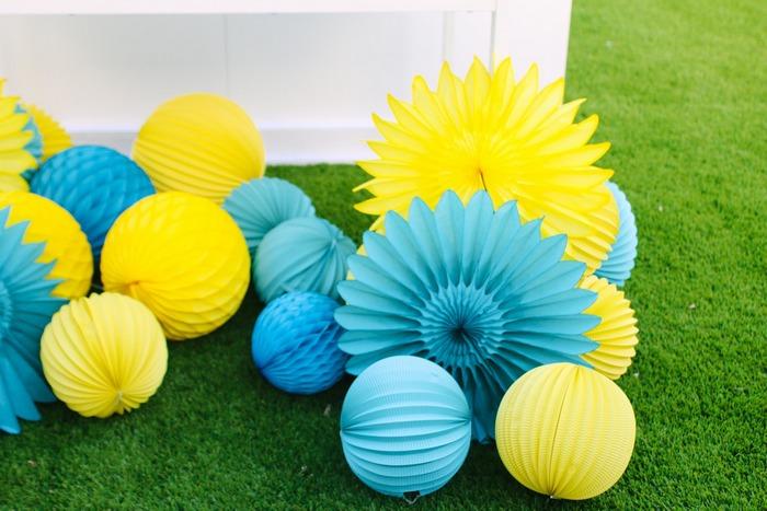 déco jardin coloré avec des boules en papier et rosaces bleu et jaune
