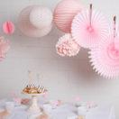 Des lampions pastel prêts à accrocher dans une chambre