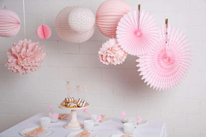 un anniversaire décoré en rose