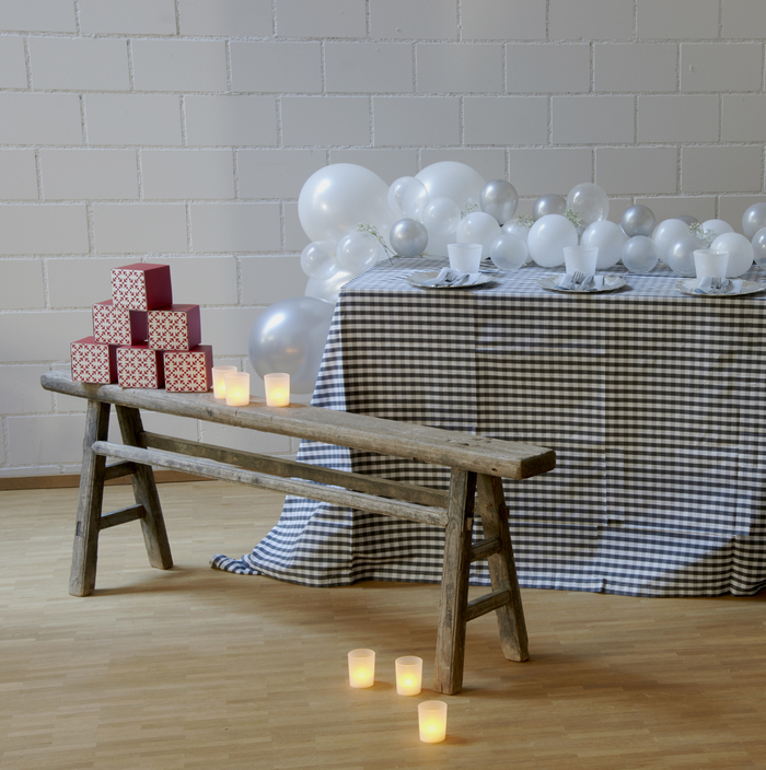installations de ballons en blanc, gris et argent pour décorer une fête
