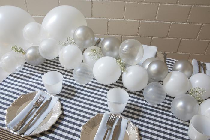 guirlandes de ballons gris clair pour une décoration table mariage ou fête
