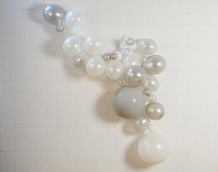 Guirlandes de ballons gris et blanc pour une déco de mariage ou fête