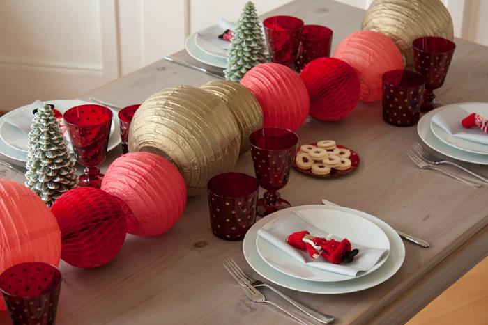Idée de décoration pour une table de Noel simple et rapide rouge et doré