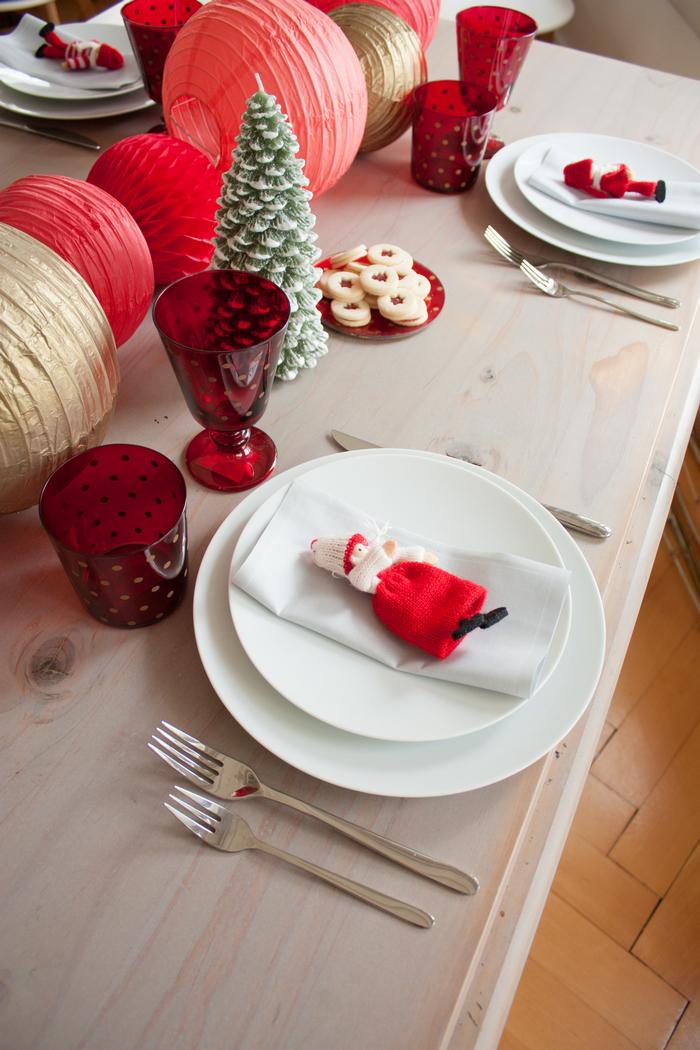 Idée de décoration simple et rapide en chemin de table pour Noel rouge et doré