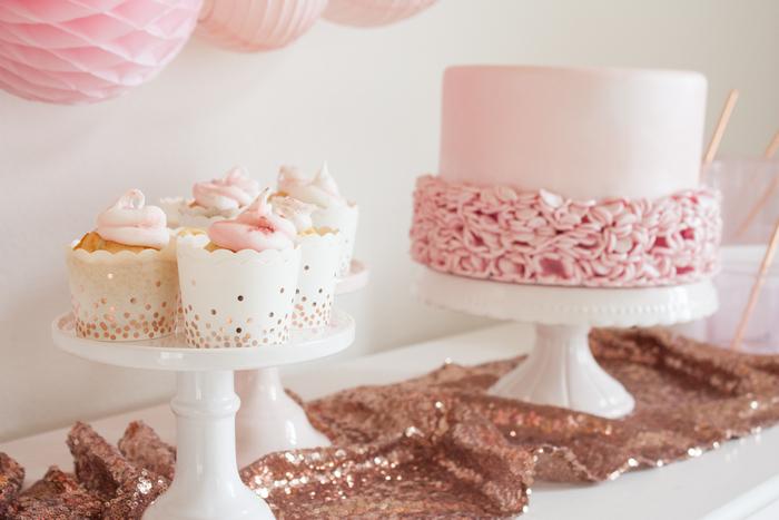 Idée déco buffet de fête pour le réveillon ou un anniversaire de fille en rose et doré