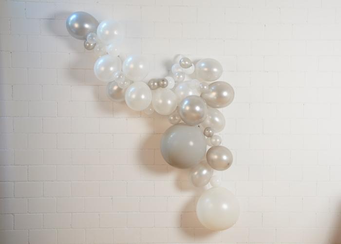 guirlande de ballons blanc et argent
