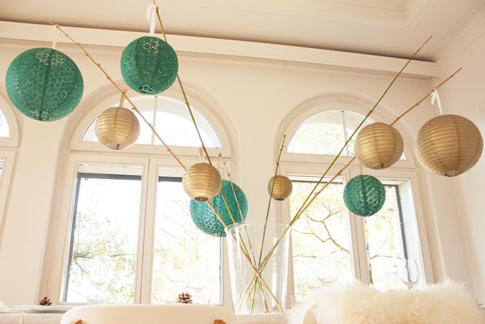 Table de fêtes pour Noel déco lanternes dentelle vert et doré posées sur la table
