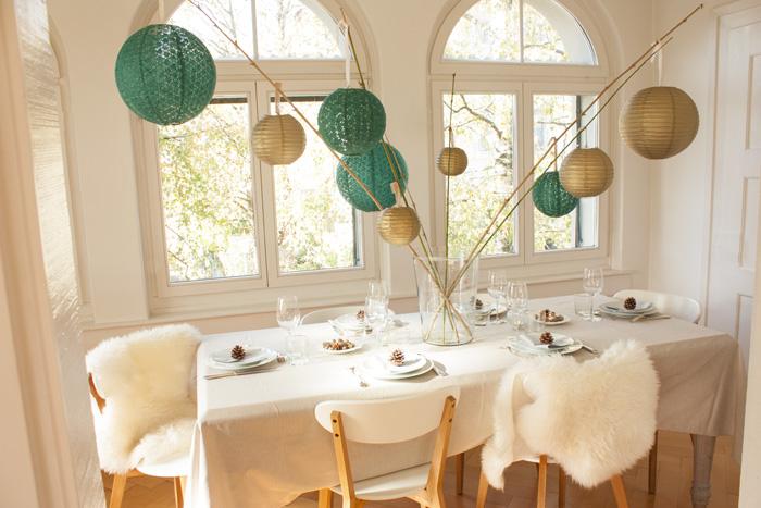 Table de fêtes pour Noel déco scandinave et lanternes vert et doré
