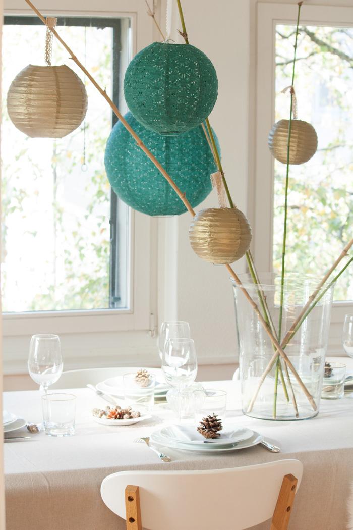 Table de fêtes pour Noel déco avec lanternes vert et doré et bambou