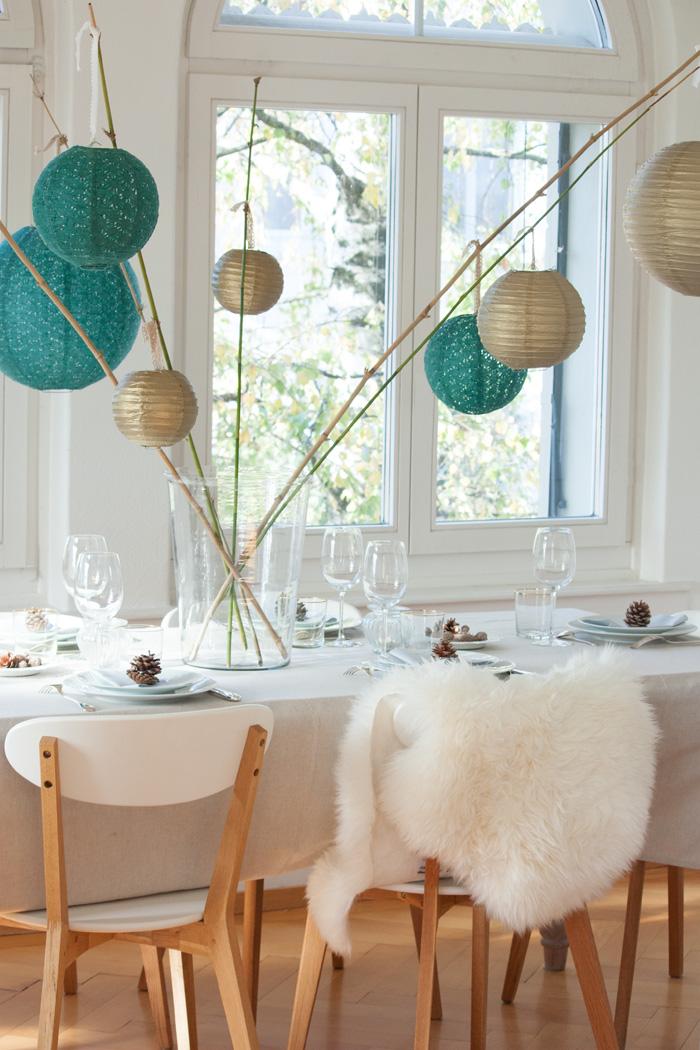 Table de fêtes pour Noel déco simple scandinave et lanternes vert et doré