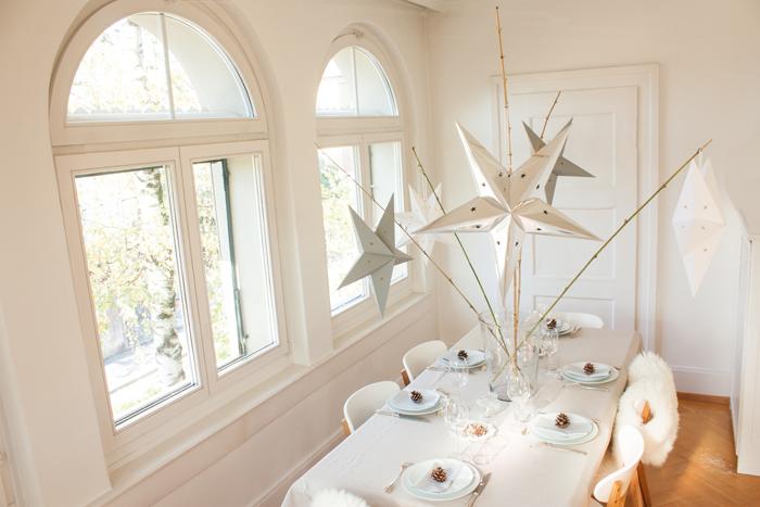Idée déco table de fête simple pour Noel étoiles blanc et argent