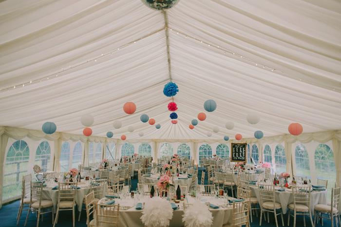 Décoration de lanterne et pompon dans une tente, plafond en toile, pour un mariage