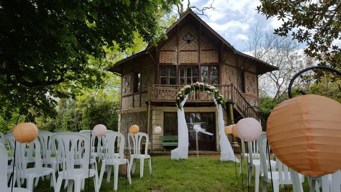 idée décoration cérémonie mariage jardin boule papier